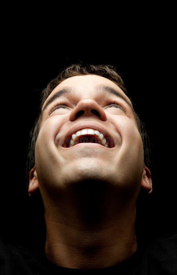 Retrato do homem novo que olha isolado acima no preto fotos de stock royalty free