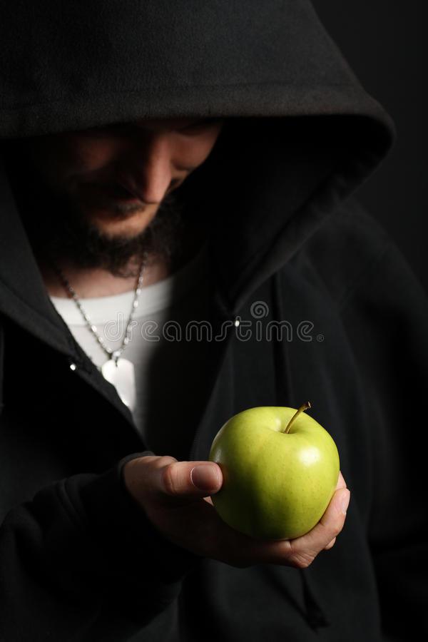 Retrato do homem novo que prende o verde fresco brilhante ap foto de stock