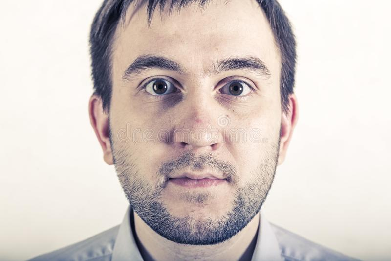 Retrato do homem novo surpreendido foto de stock royalty free