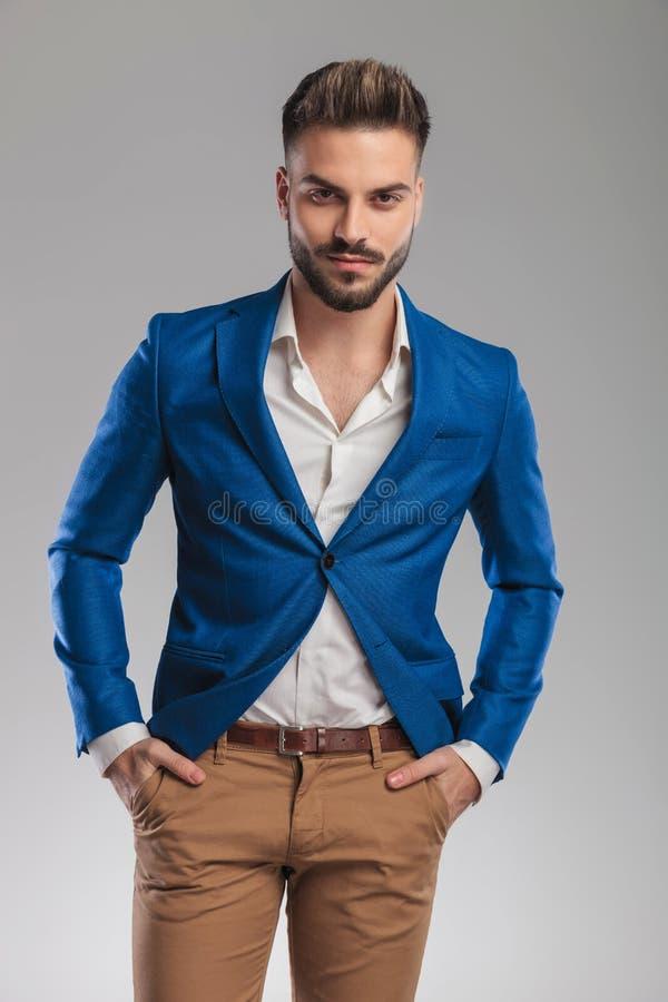 Retrato do homem ocasional esperto relaxado que veste um terno azul imagem de stock royalty free