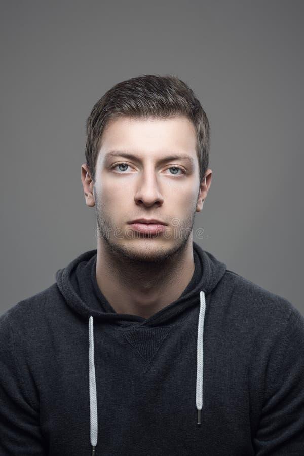 Retrato do homem ocasional novo que olha a câmera fotos de stock royalty free