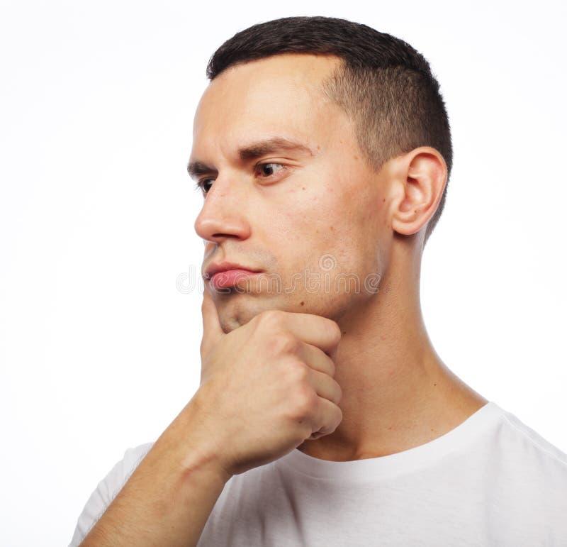 Retrato do homem pensativo novo considerável isolado sobre os vagabundos brancos fotos de stock