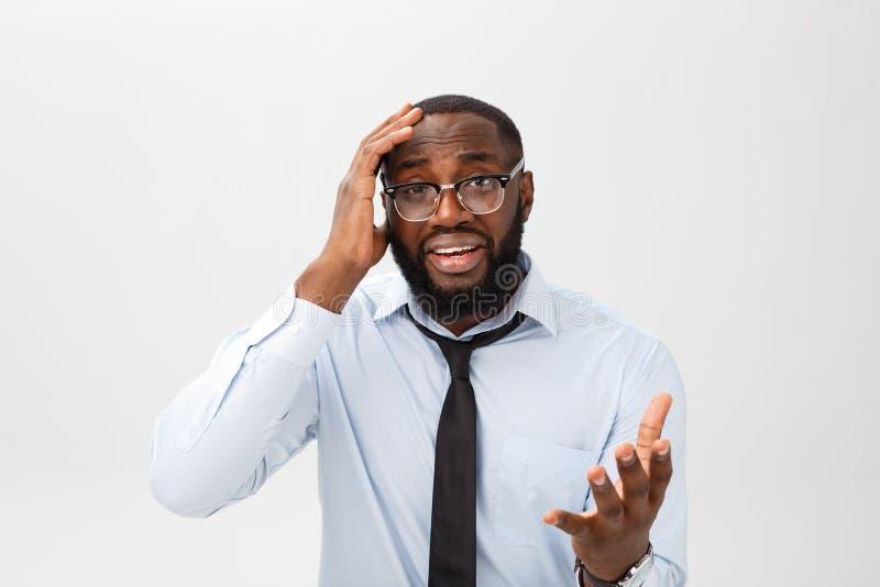 Retrato do homem preto irritado desesperado que grita na raiva e na raiva que rasgam seu cabelo para fora ao sentir furioso e lou fotografia de stock