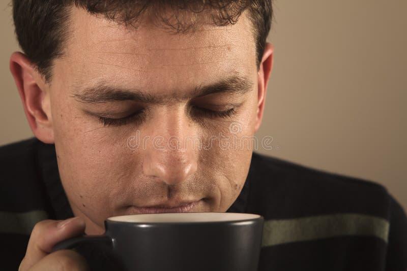 Retrato do homem que bebe a bebida quente imagem de stock royalty free