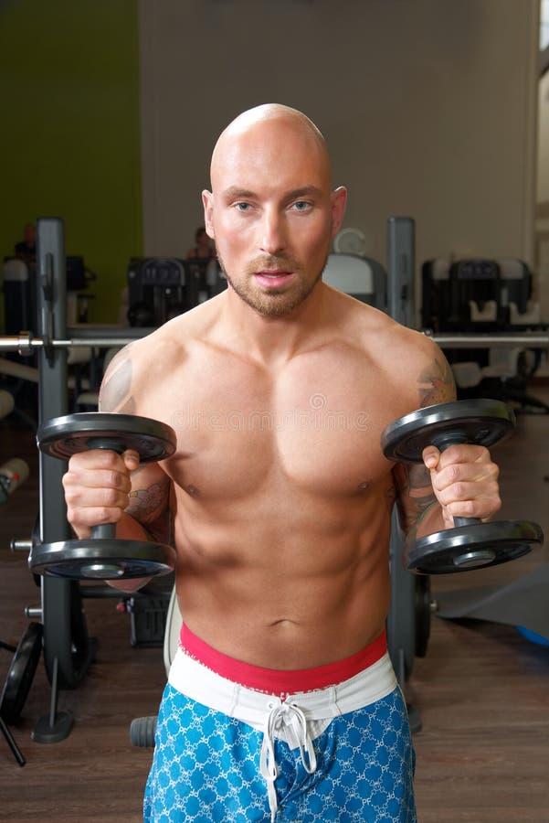 Retrato do homem que exercita no gym fotos de stock