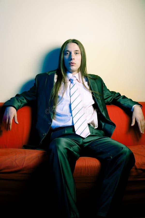 Retrato do homem sério de cabelos compridos no terno imagens de stock