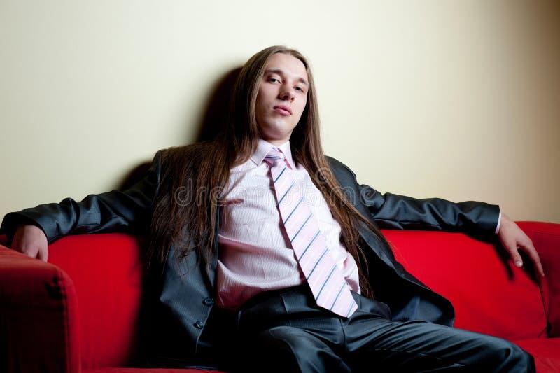 Retrato do homem sério de cabelos compridos no terno fotografia de stock royalty free
