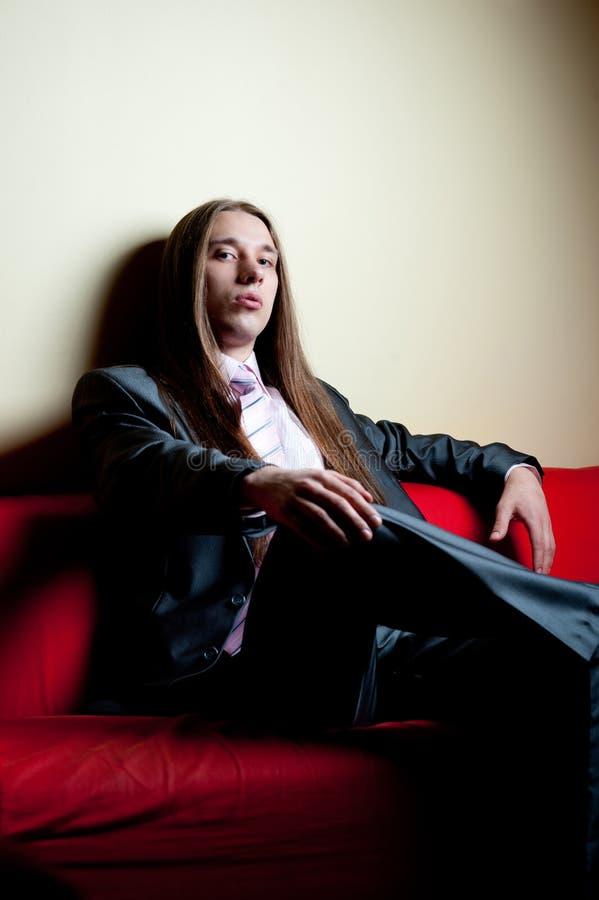 Retrato do homem sério de cabelos compridos no terno imagem de stock royalty free