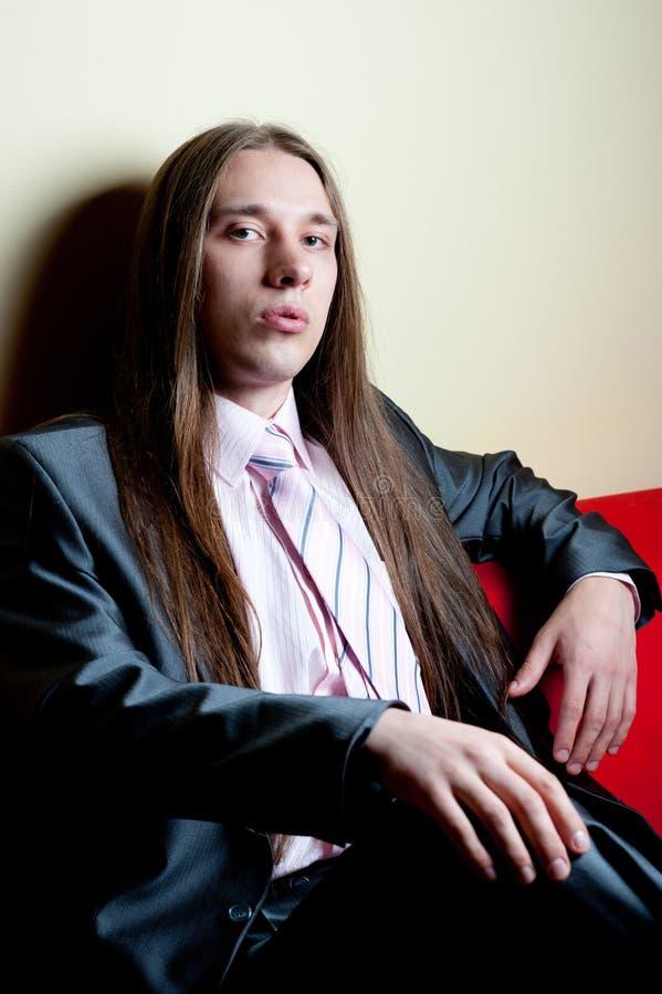 Retrato do homem sério de cabelos compridos no terno imagem de stock