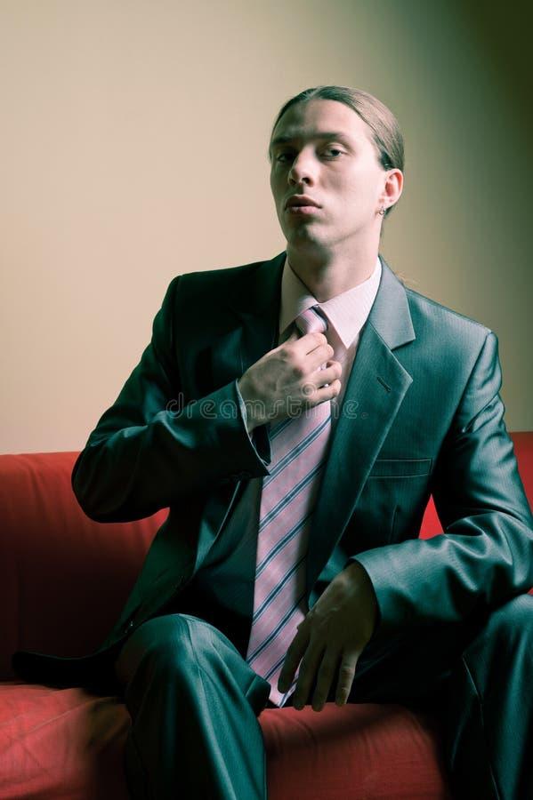 Retrato do homem sério de cabelos compridos no terno foto de stock