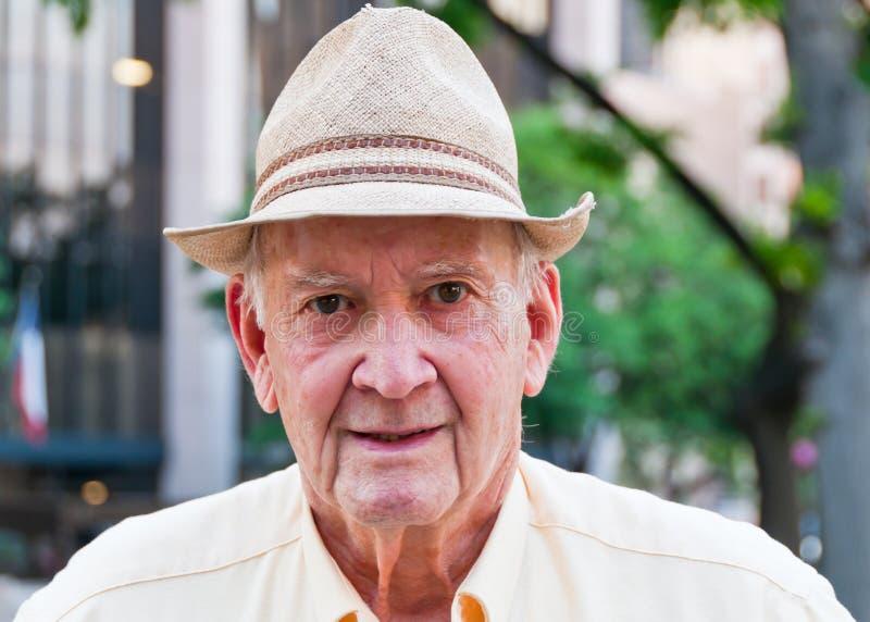Retrato do homem sênior com chapéu de palha imagens de stock royalty free