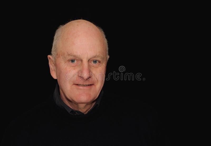Retrato do homem sênior no preto fotos de stock royalty free