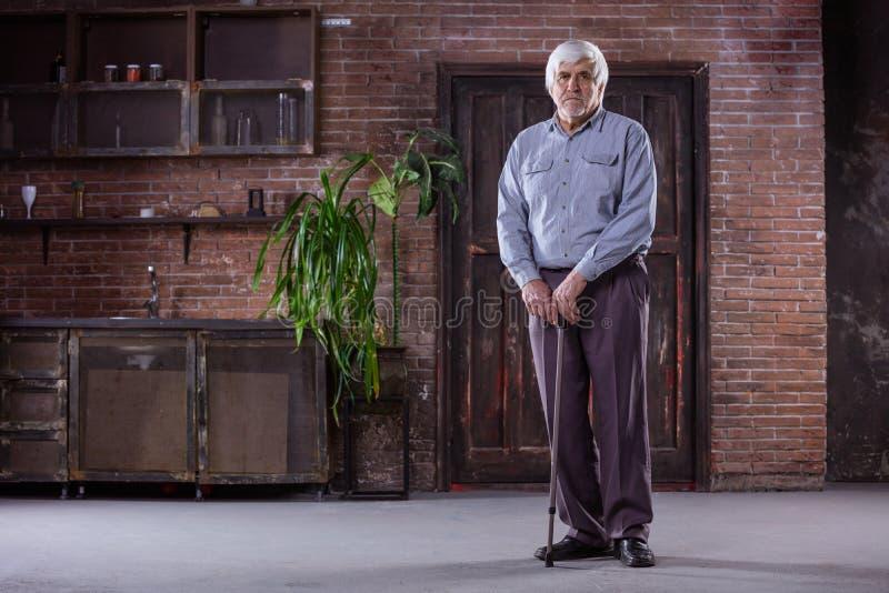 Retrato do homem superior com vara de passeio foto de stock