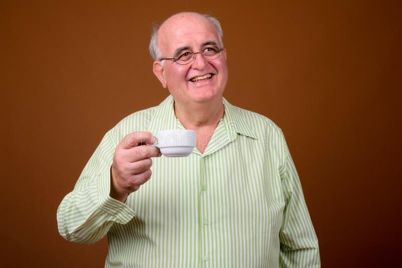 Retrato do homem superior excesso de peso que guarda o copo de café fotos de stock