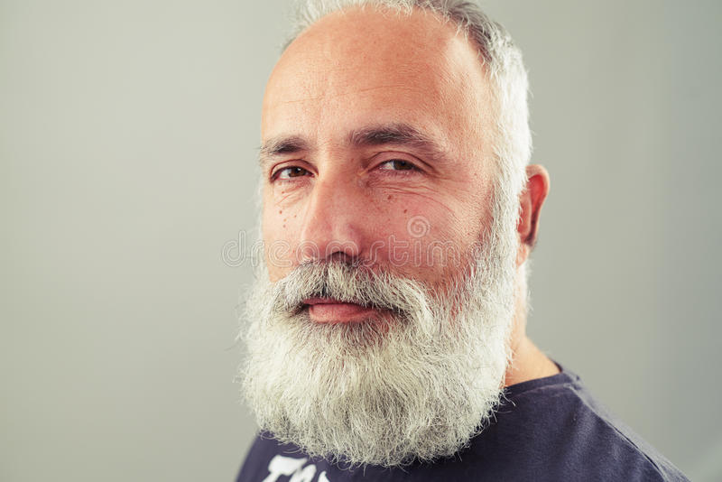 Retrato do homem superior farpado imagem de stock royalty free