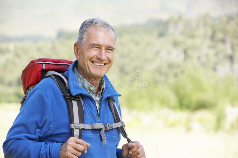 Retrato do homem superior na caminhada imagens de stock royalty free