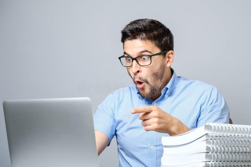 Retrato do homem surpreendido com laptop foto de stock