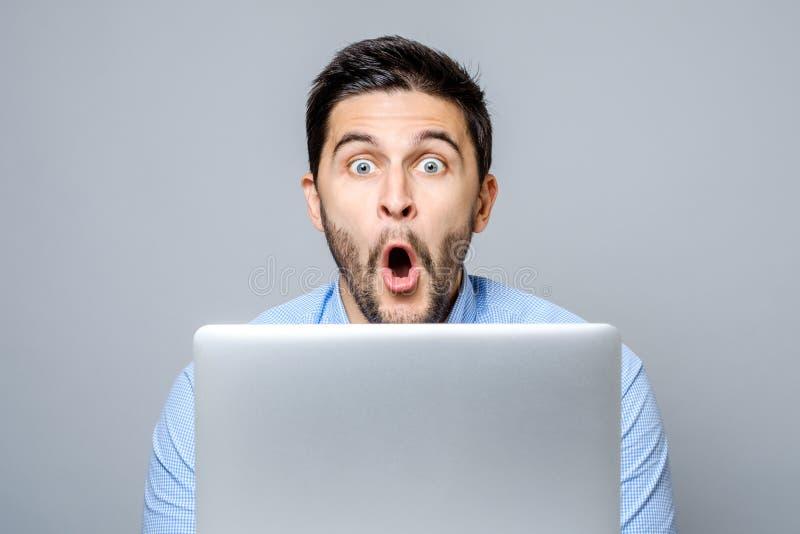 Retrato do homem surpreendido com laptop fotos de stock