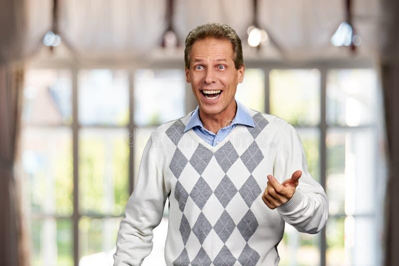 Retrato do homem surpreendido feliz fotografia de stock royalty free