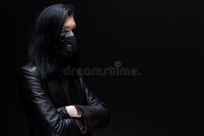 Retrato do homem triguenho na máscara foto de stock royalty free