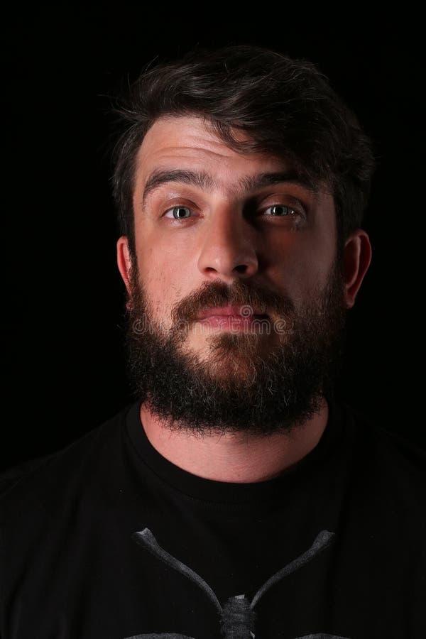 Retrato do indivíduo farpado com olhar interessante fim Acima de preto imagem de stock royalty free
