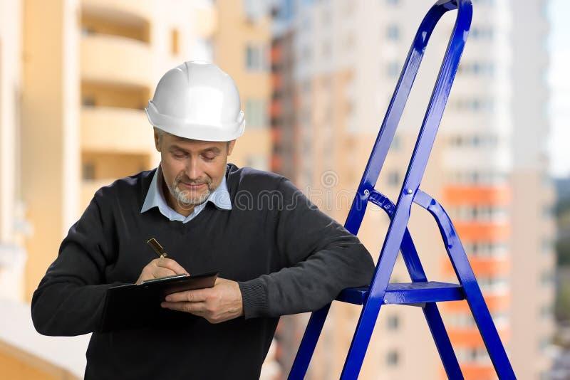 Retrato do inspetor de construção maduro fotografia de stock royalty free