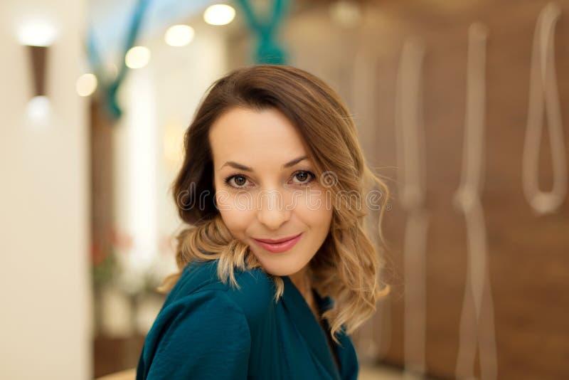 Retrato do instrutor lindo da ioga da mulher que levanta dentro para classes da ioga Retrato fêmea do negócio Mulher de negócio - foto de stock royalty free