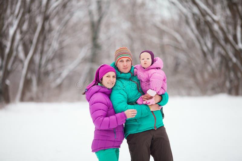 Retrato do inverno da família fotografia de stock