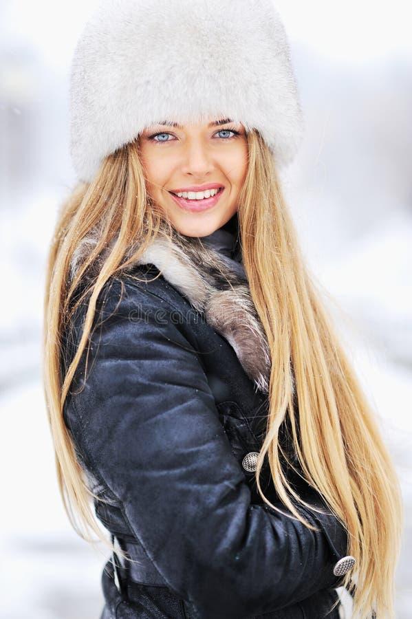 Retrato do inverno da jovem mulher no chapéu forrado a pele fotografia de stock