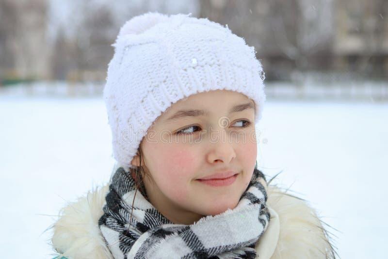 Retrato do inverno da menina de sorriso bonita com gotas em suas pestanas foto de stock