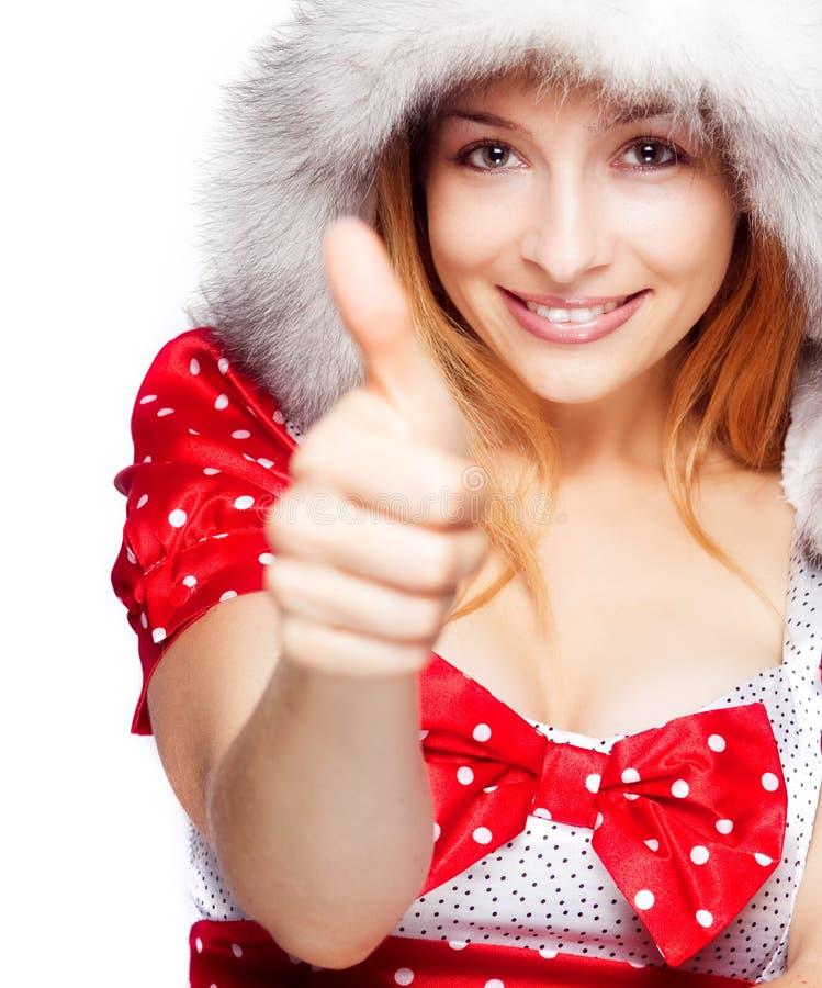 Retrato do inverno da mulher alegre que mostra o sinal aprovado fotos de stock royalty free