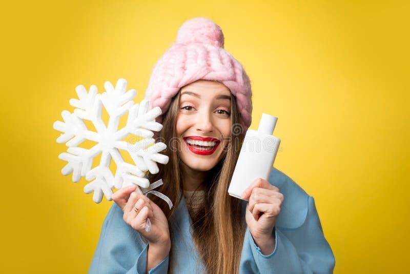 Retrato do inverno da mulher com champô do cabelo imagens de stock