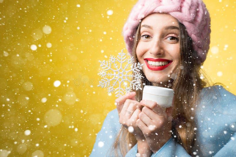 Retrato do inverno da mulher com creme facial imagem de stock