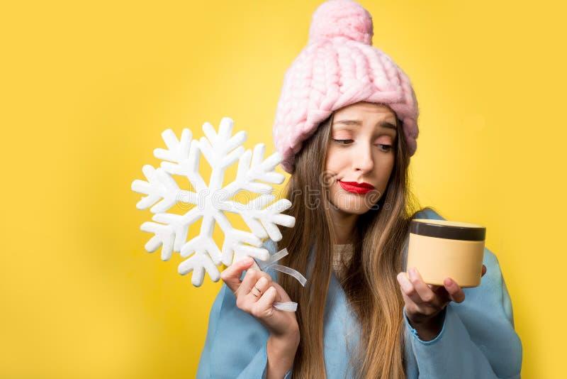 Retrato do inverno da mulher com creme facial foto de stock