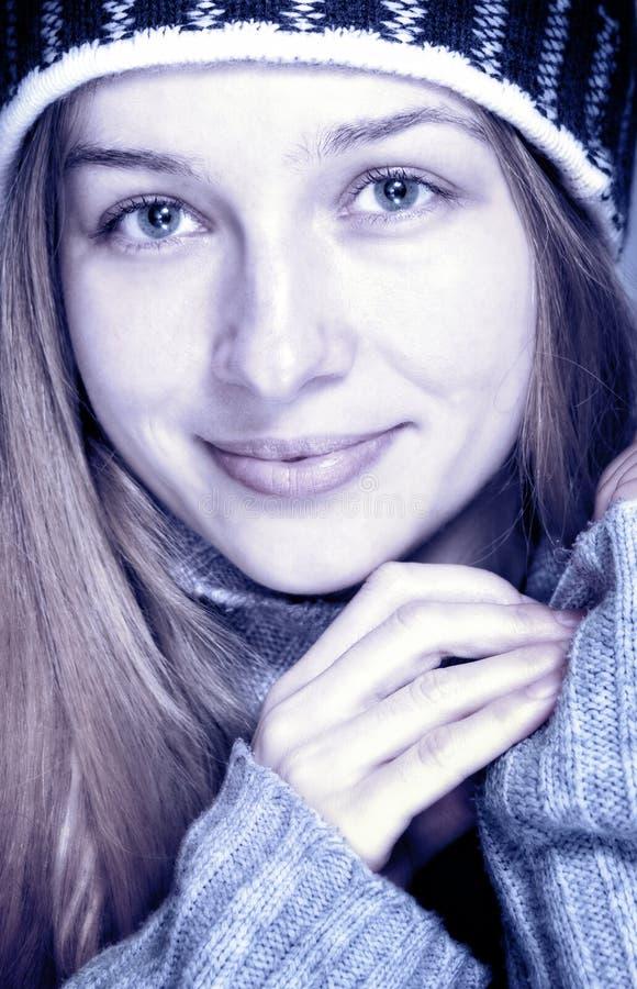 Retrato do inverno da mulher nova feliz bonita fotografia de stock