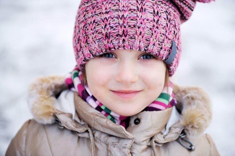 Retrato do inverno de pequeno adorável fotos de stock royalty free