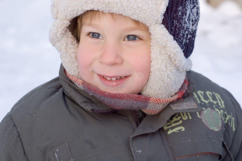 Retrato do inverno do rapaz pequeno fotografia de stock
