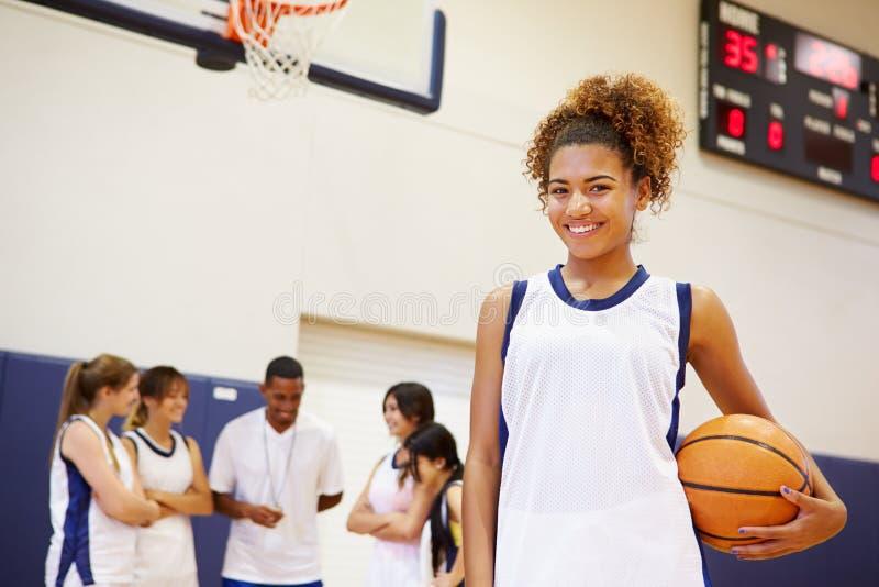 Retrato do jogador de basquetebol fêmea da High School fotos de stock