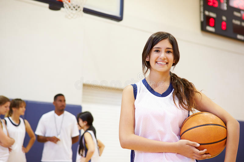 Retrato do jogador de basquetebol fêmea da High School imagem de stock