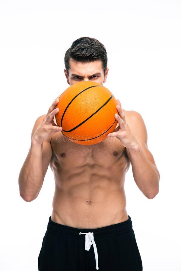 Retrato do jogador de basquetebol que guarda a bola foto de stock