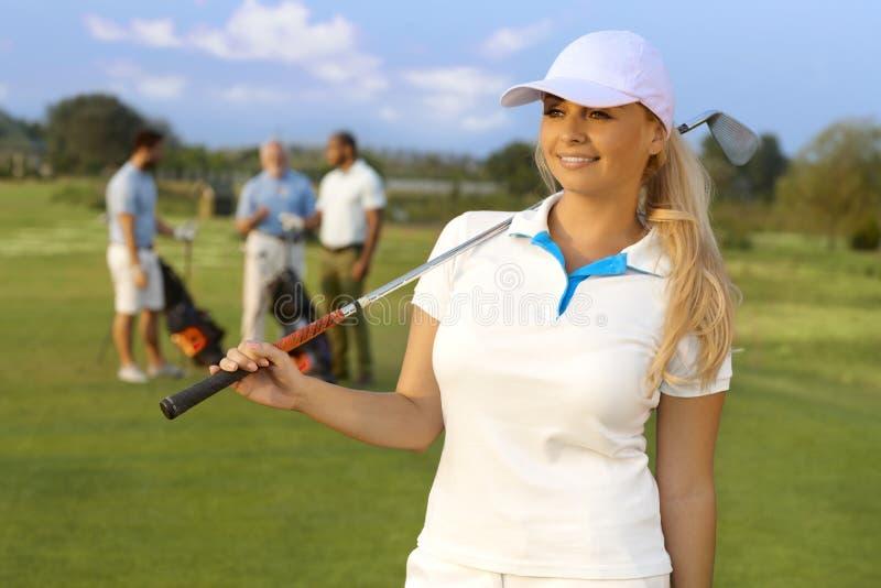 Retrato do jogador de golfe consideravelmente fêmea fotografia de stock royalty free