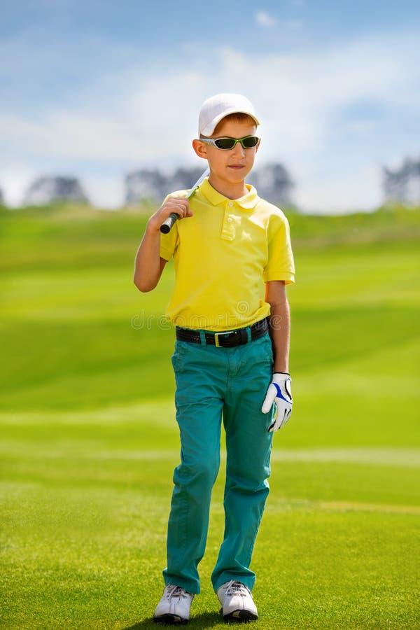 Retrato do jogador de golfe do menino foto de stock