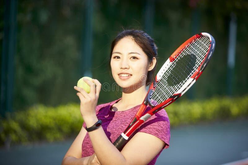 Retrato do jogador de tênis asiático fêmea novo foto de stock