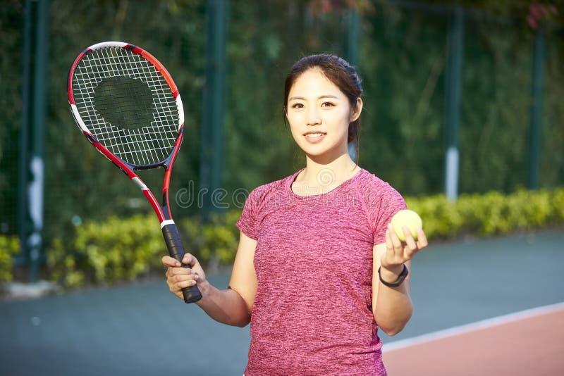 Retrato do jogador de tênis asiático fêmea novo fotografia de stock royalty free