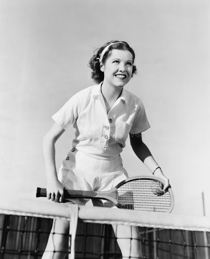 Retrato do jogador de tênis fêmea na rede (todas as pessoas descritas não são umas vivas mais longo e nenhuma propriedade existe  imagens de stock royalty free
