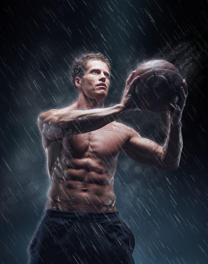Retrato do jogador molhado descamisado do bascetball fotos de stock