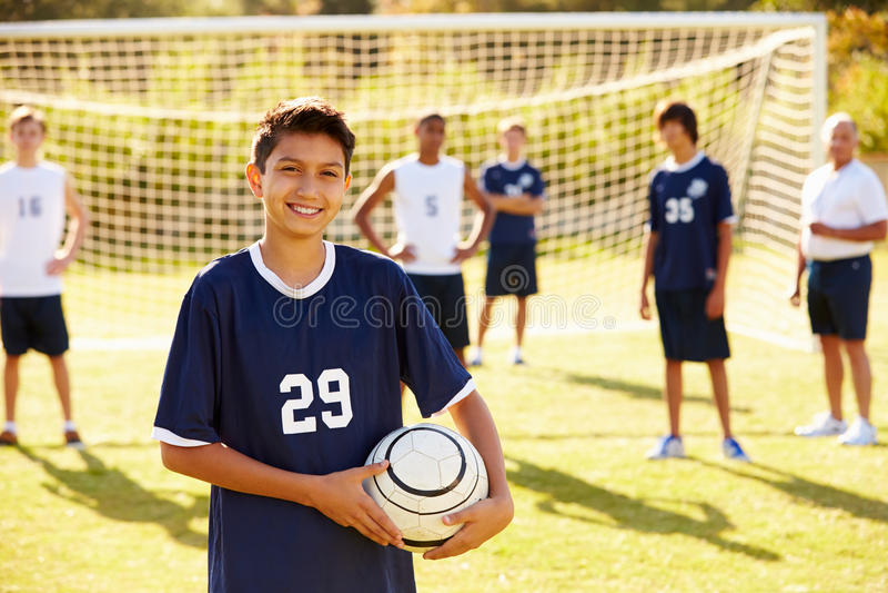 Retrato do jogador na equipe de futebol da High School fotos de stock royalty free