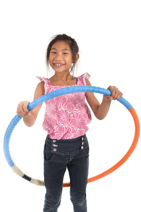 Retrato do jogo asiático pequeno feliz da menina da criança fotografia de stock royalty free