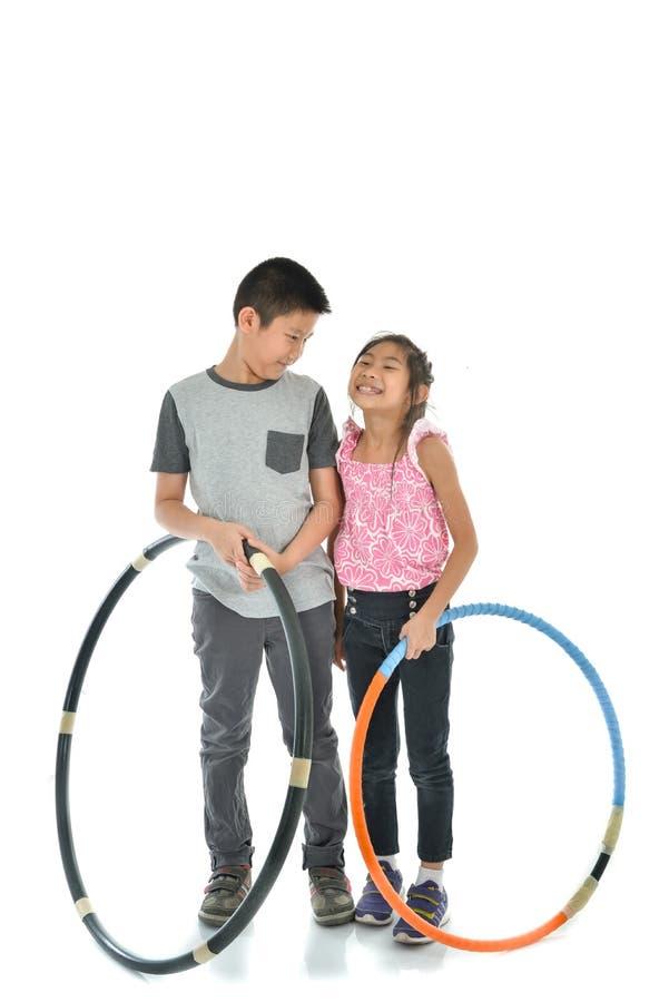 Retrato do jogo asiático pequeno feliz das crianças imagens de stock royalty free
