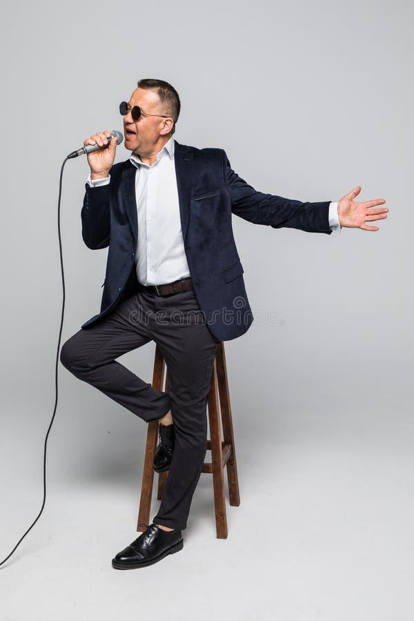 Retrato do karaoke do canto do homem superior isolado no fundo branco fotos de stock